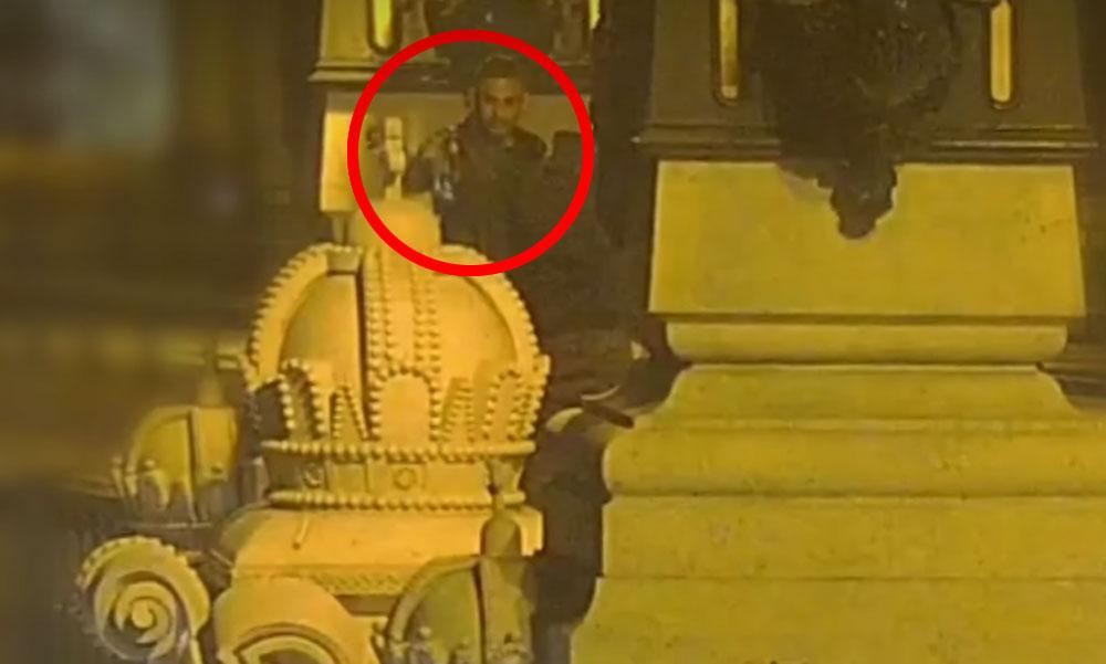 Itt vannak a tettesek! Videóra vették, ahogy a két férfi letöri a Margit híd kőkeresztjét és a Dunába dobja