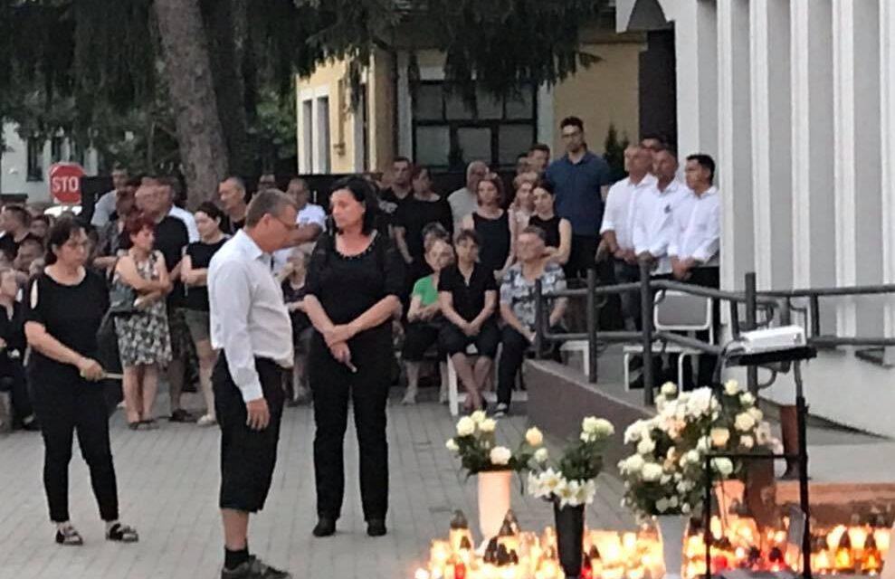 """""""Együtt haltak meg, együtt nyugszanak"""" – közös sírba temették a tarpai háziorvost és családját, a házaspár és két kisfiúk szén-monoxid mérgezésben halt meg a 6. kerületi lakásukban"""