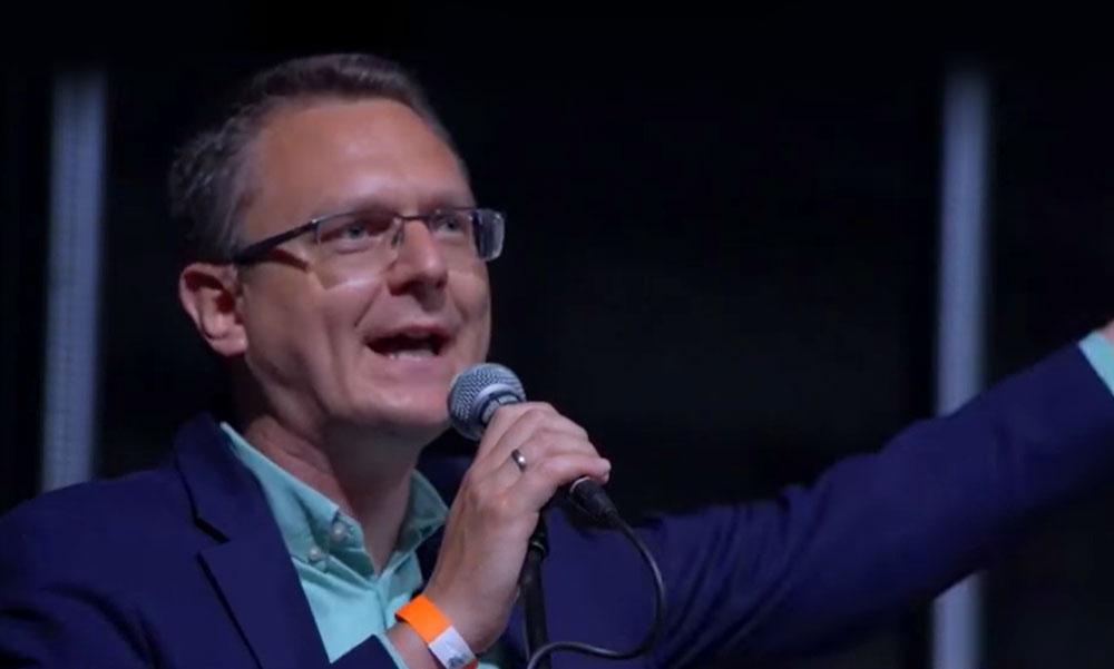 Rétvári Bence meglepő húzása: Rockerekkel bulizott az országgyűlési képviselő, meglepő pillanat a mindig komolykodó politikustól