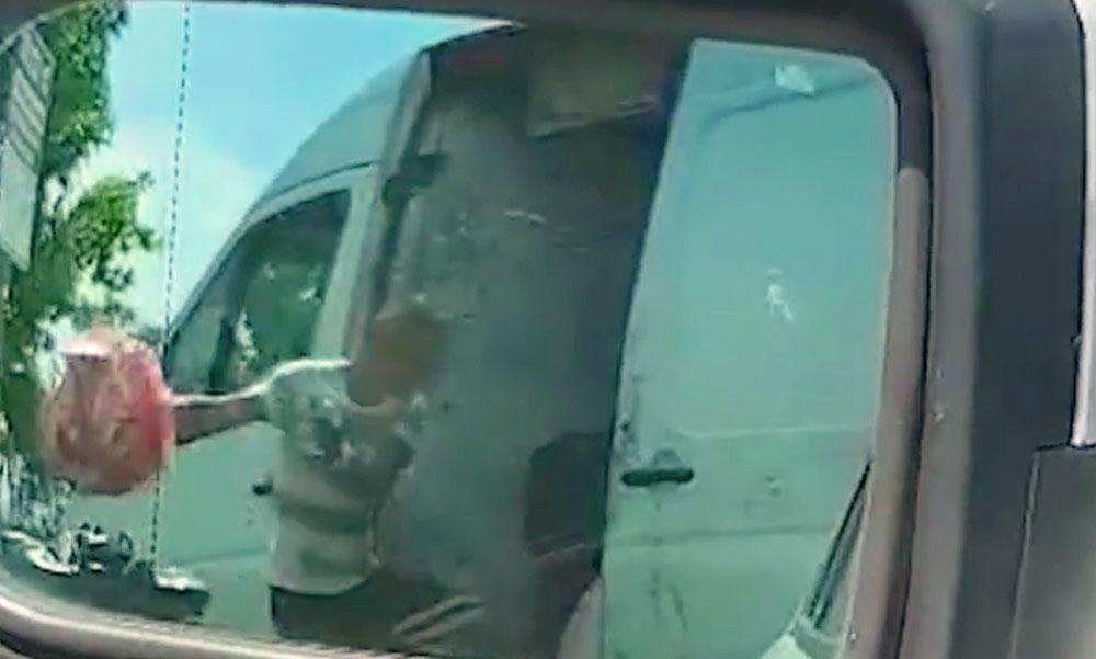 Pofátlanul kidobálta a háztartási szemetet a furgonból az M3-as pihenőjében a férfi