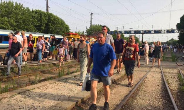 """""""Fulladoztunk, alig kaptunk levegőt a vonatban"""" – három vonatnyi utast zsúfoltak össze egy légkondi nélküli szerelvénybe Rákospalotán"""