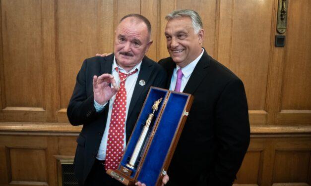 Nagy Feró Orbán Viktor oldalán pózol – Így vette át Kossuth-díját a nemzet csótánya – fotó
