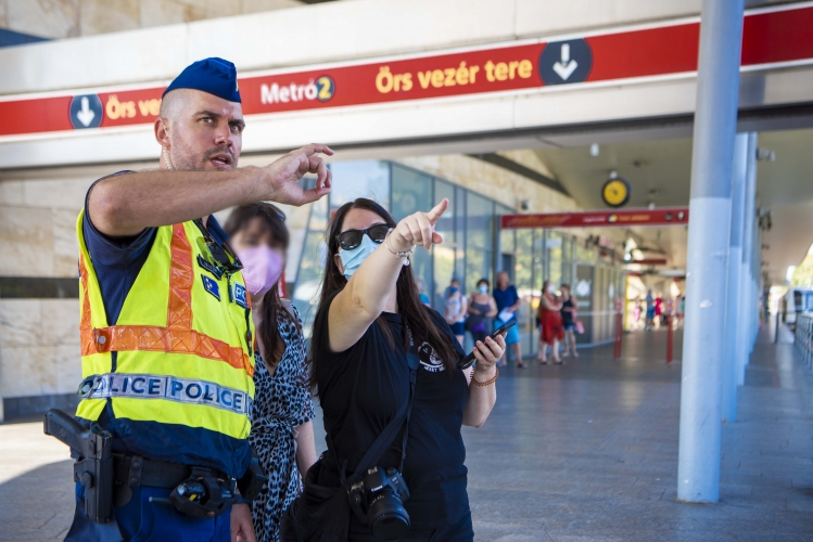 Első a biztonság: mostantól éjjel-nappal zsarukkal lesz tele az Örs vezér tere – fotók