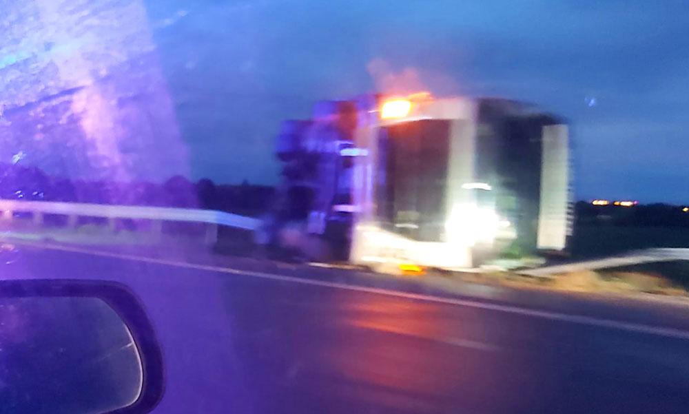 Súlyos buszbaleset az M4-esen: kamionnal ütközött a busz nagy erőkkel vonultak ki a mentők