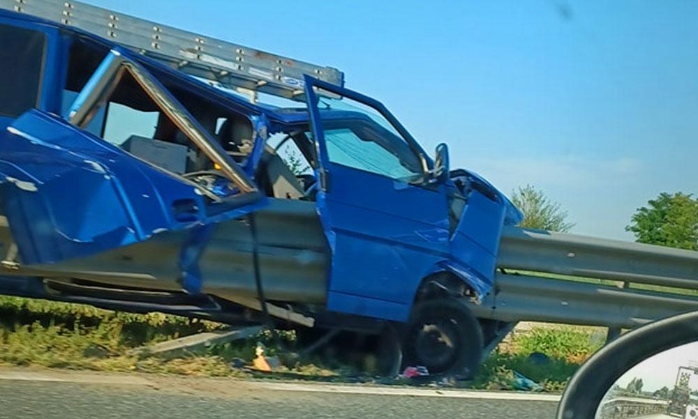 Felnyársalt a szalagkorlát egy autót, drámai baleset az M4-esen