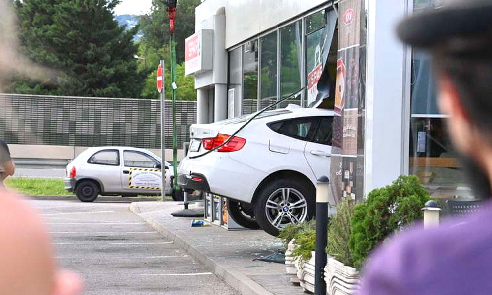 Benzinkútba hajtott a luxus BMW-vel, mert nem tudta kezelni az automata sebességváltót – két ilyen baleset is történt Budapesten