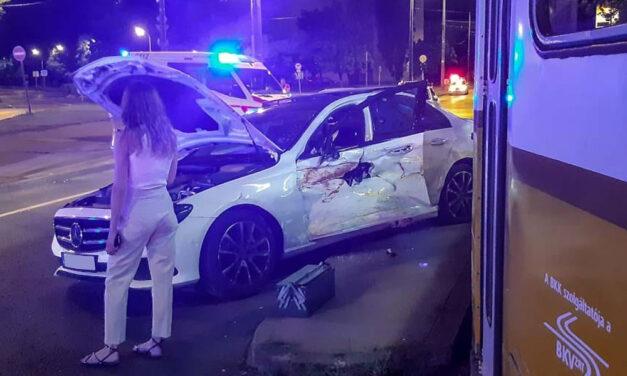 Gazdag hölgy siratta az összetört Mercedest, csúnyán benézte a villamost a sofőr