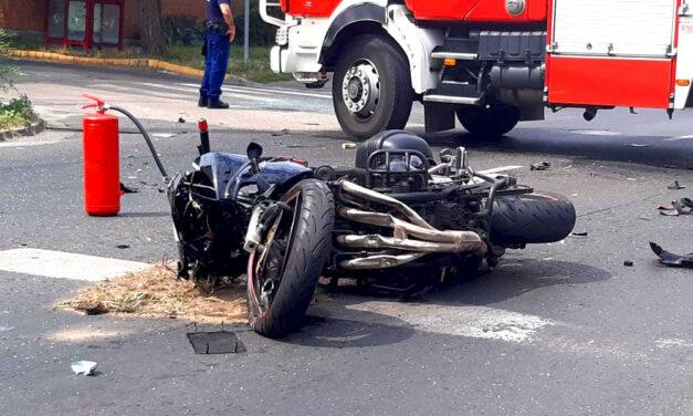 Durva motorbaleset az Üllői úton, egy Renault oldalába csapódott a férfi