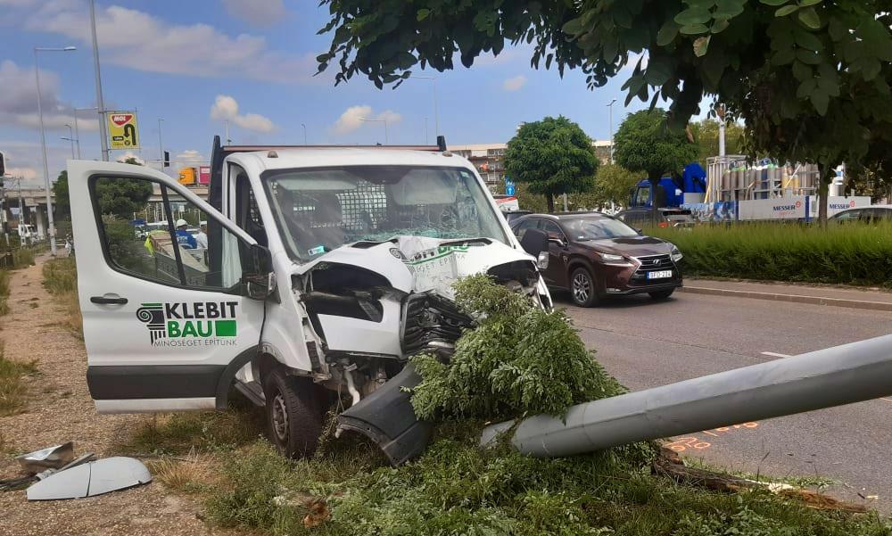 Elkapta a kormányt, kidőlt a villanyoszlop – egy titokzatos autósra panaszkodott a sérült