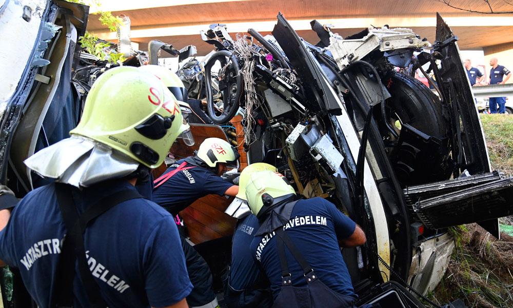 Tragédia az M7-esen: oldalára borult egy busz, 8 ember meghalt, 14 embert szabadítottak ki a tűzoltók – cikkünk folyamatosan frissül