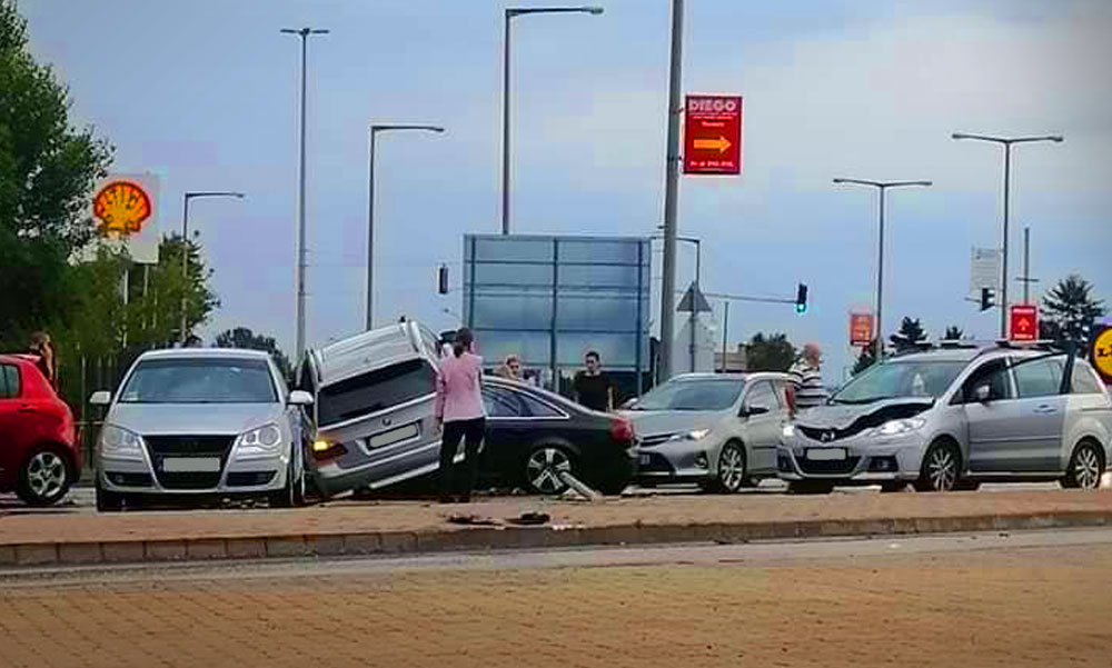 Tömegbalesetet okozott egy őrült BMW-s, aki átrepült az út túloldalára és négy autót tört össze