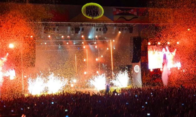 """""""Visszajövök én egyszer még"""" – üvöltötte a Covid miatt másfél évet csúszott Bagossy koncerten 10 ezer ember, de mit csináltak a műszájú cicababák a VIP-szekcióban?"""