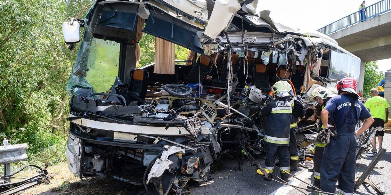 """""""Boldogan vitte el az édesanyját Horvátországba, de egy másik ember jött vissza helyette"""" – önmagát hibáztatja az M7-esen történt buszbalesetet túlélő sofőr édesanyja halála miatt"""