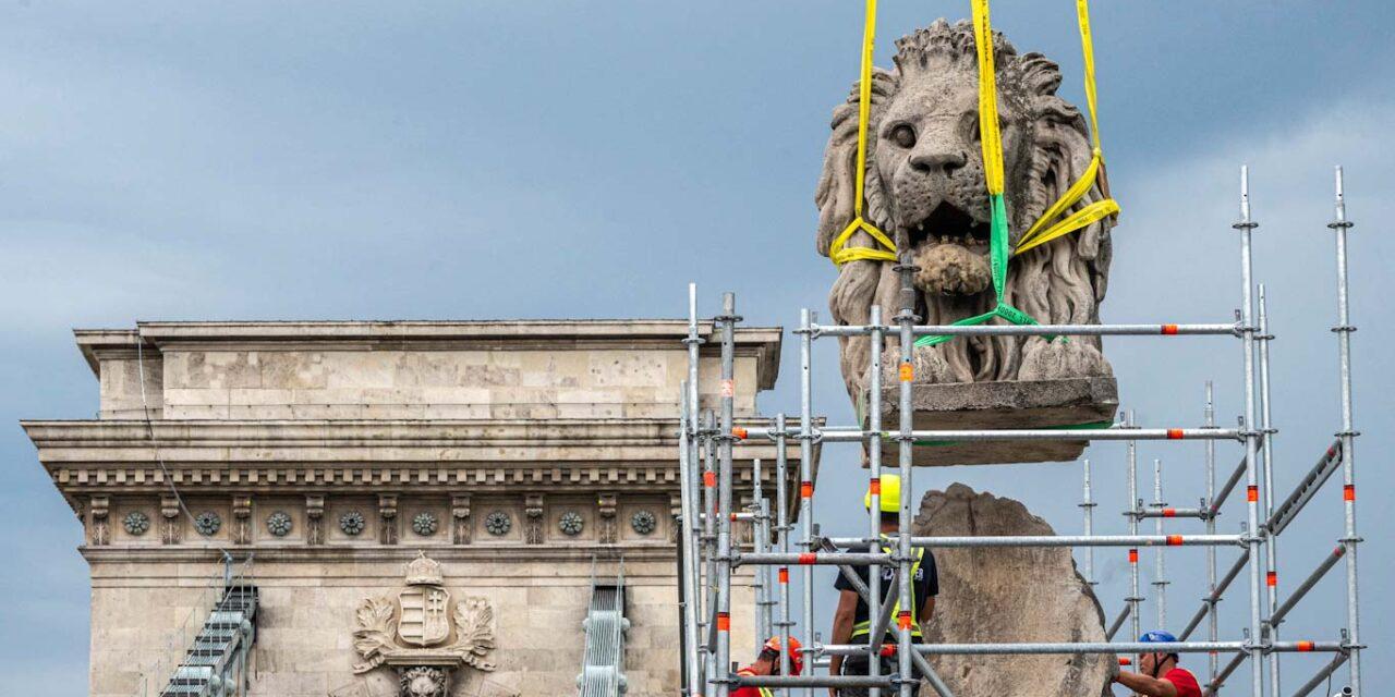 Leemelték az oroszlán fejét a Lánchíd bejáratánál, látványos elemmel folytatódik a híd felújítása