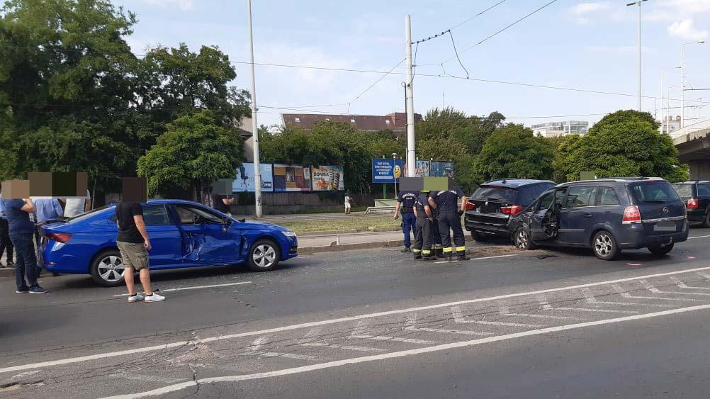 Négyes karambol a Hungária körútnál, szép autók törtek össze
