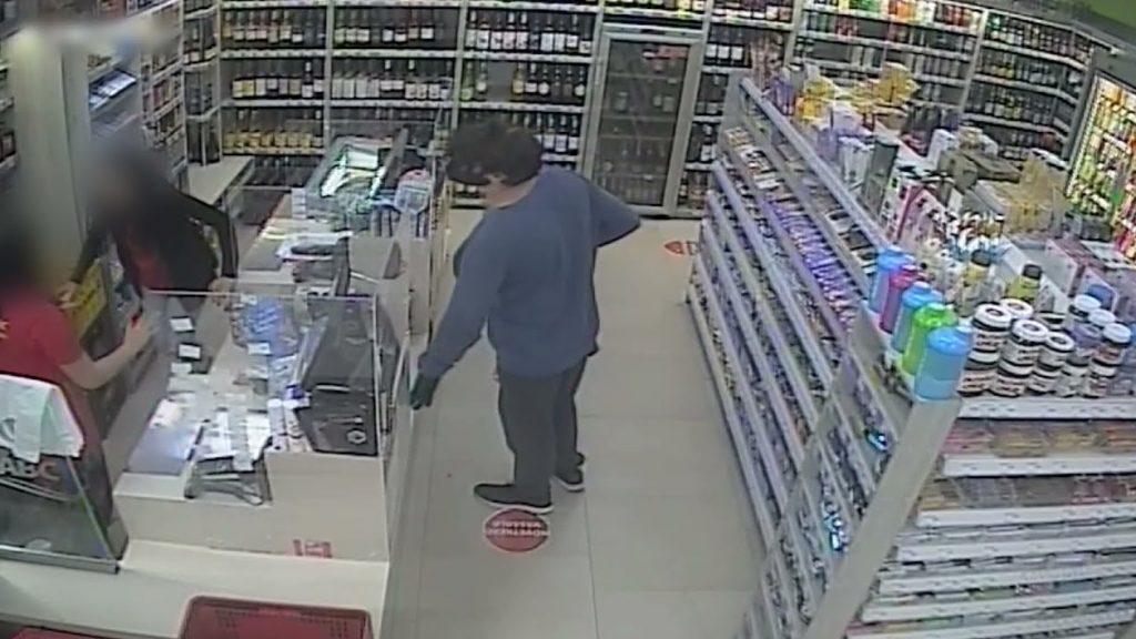 Parókát, álhasat és maszkot is viselt a józsefvárosi rabló, mégis elkapták – videó