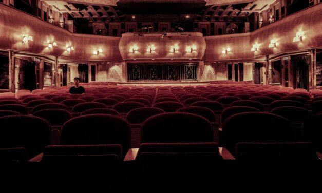 Döbbenet: kifütyültek egy színházi előadást Veresegyházán, mert a színpadon két férfi között elcsattant egy csók