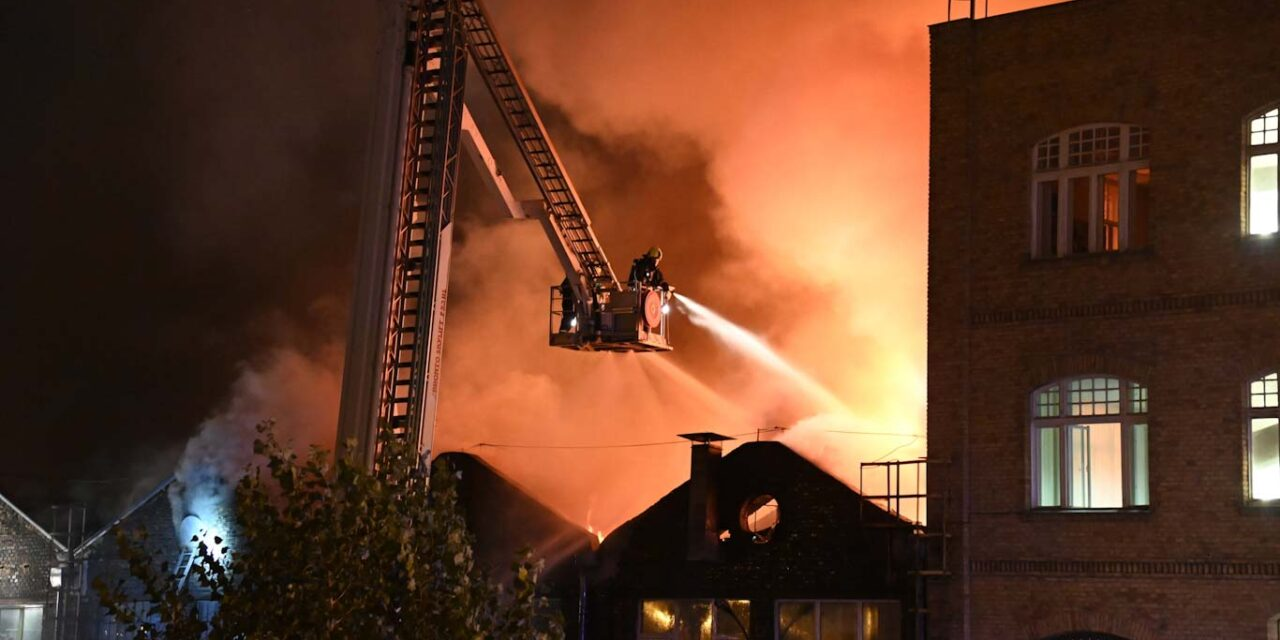Hatalmas raktártűz volt az éjszaka Budapesten, a Főtaxi épülete mögött pusztítottak a lángok