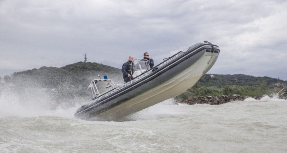 Akcióban a vízirendőrök: Magatehetetlenül, gumicsónakkal és SUP deszkával, két kilométerre a parttól vesztegelt három ember a Balatonban a vihar kellős közepén
