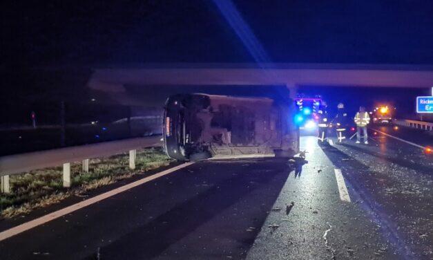Fotók az M6-oson történt brutális karambolról – A kisbusz szalagkorlátnak csapódott azután borult fel, a tragédiában ketten meghaltak