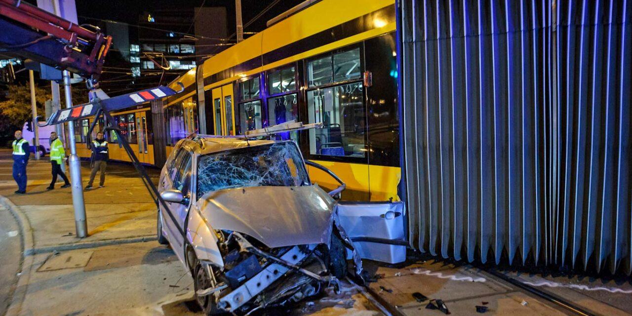 Keresztbe állt az úttesten miután az éjjel kisiklott a 4-6-os villamos, egy ember megsérült