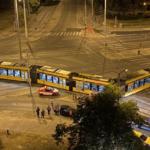 Keresztbe állt az úttesten miután az éjjel kisiklott a 4-6-os villamos, egy ember megsérült.