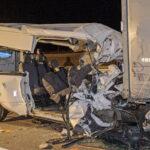 """""""Ekkora szörnyűséget még életemben nem láttam"""" – megszólalt a kamionsofőr, akinek járművébe hajtott a vendégmunkásokat szállító kisbusz az M4-es autóúton, öten haltak meg"""