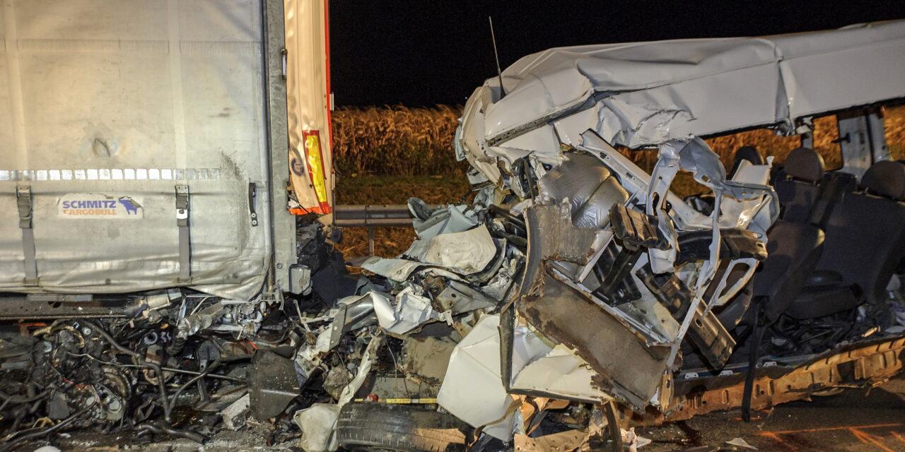 Tragédia Abonynál: szörnyethalt öt kárpátaljai vendgémunkás, miután kisbuszunk az álló kamionba csapódott