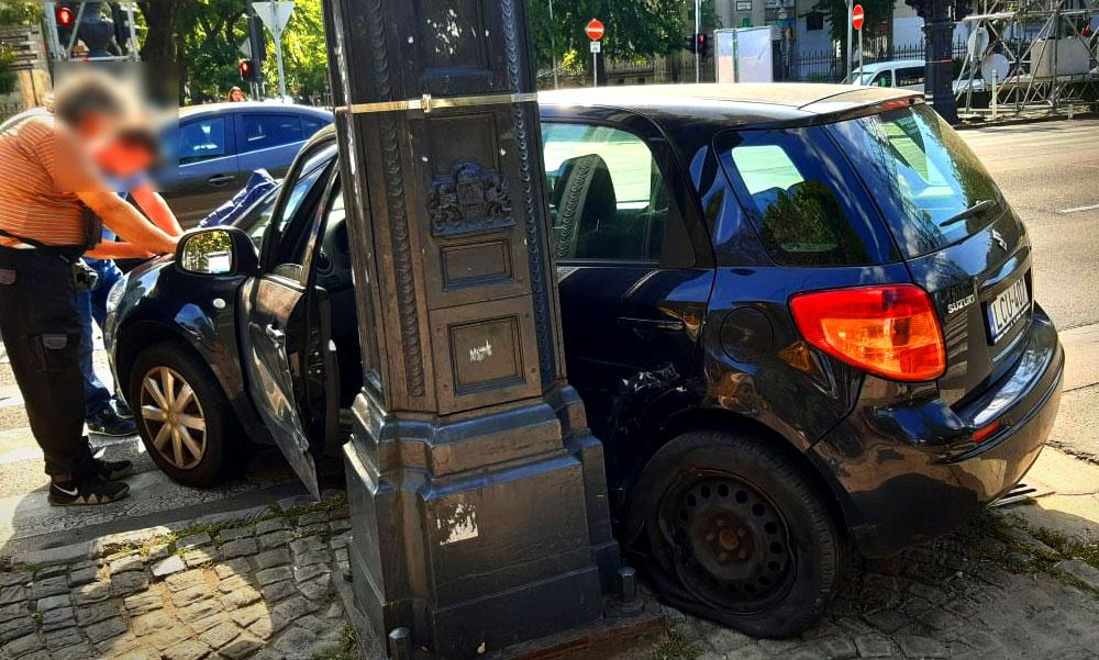 Nekicsapódott a kandelábernek a Suzuki az Andrássy úton, az Eucharisztikus Világkongresszust okolta a sofőr