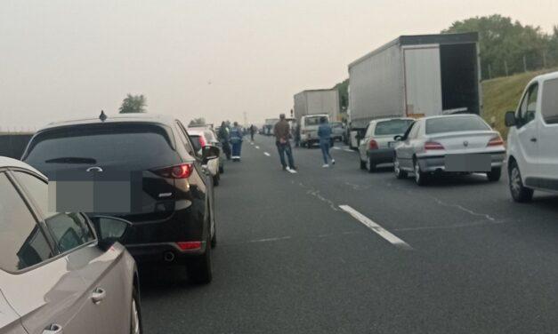 Hatalmas baleset az M6-os autópályán, kisbusz borult fel – Három mentőhelikopter is a helyszínen