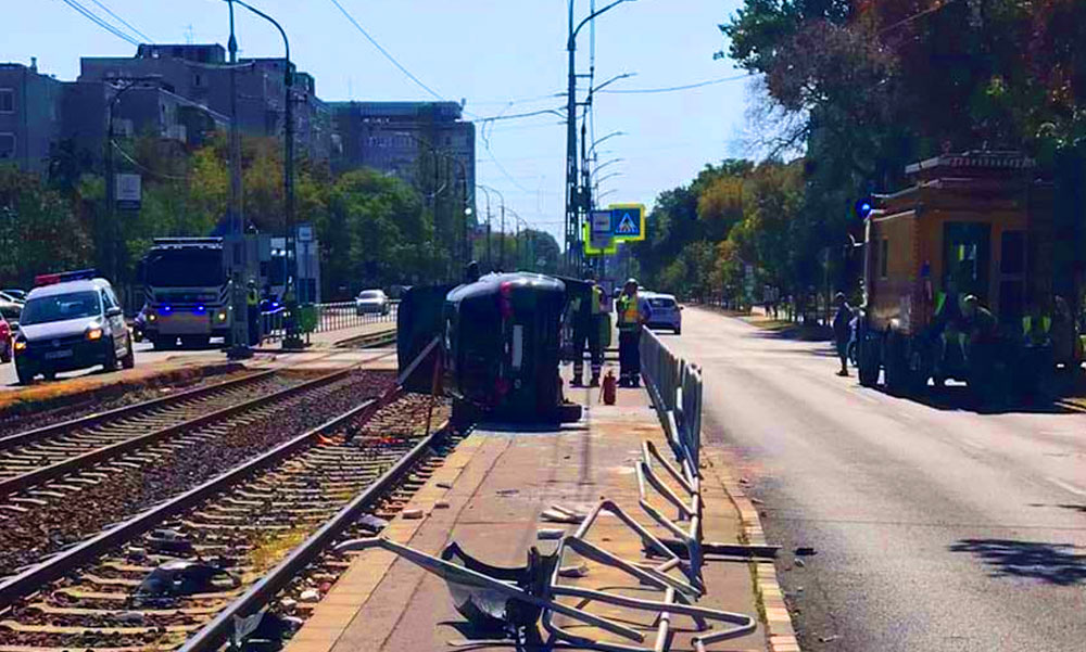 Egy pók miatt a villamosmegállóba csapódott az autó, elsodort egy várakozó asszonyt