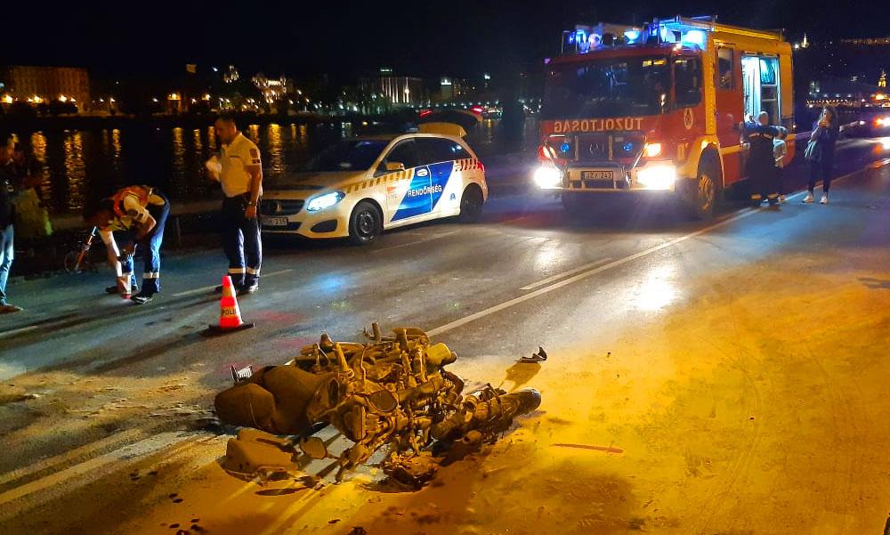 Fékezés nélkül a terepjárónak csapódott a motoros, az ütközés erejétől lángra lobbant a motor