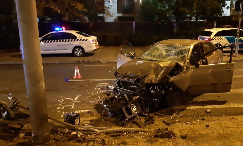 Totálkárosra törte az autóját a részeg sofőr, alig maradt valami a Seatból