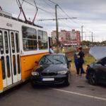 A BMW-s nőt nem érdekelte a stop-tábla, de jött a villamos, amely nagyobb volt nála