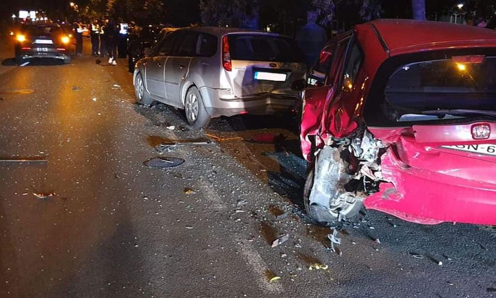 Fékezés nélkül csapódott az utcán parkoló autóknak a Volvo, 5 járművet tört össze a sofőr