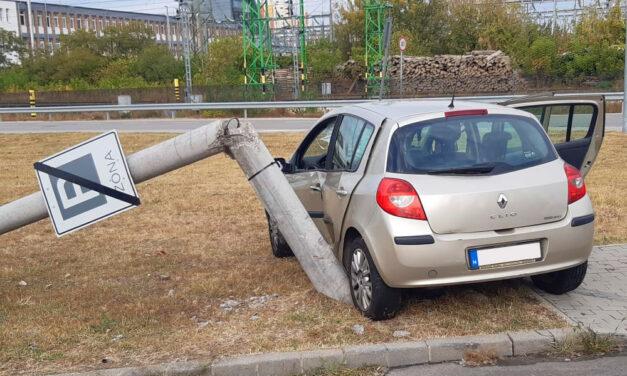 Gyufaszálként tört ketté a beton villanyoszlop, akkora erővel csapódott neki a Renault, kirobbantak a légzsákok
