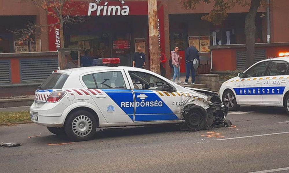 Tömegbaleset Budapesten, egy szirénázó rendőrautó is összetört, az egyenruhásokat a mentők vizsgálták meg a helyszínen