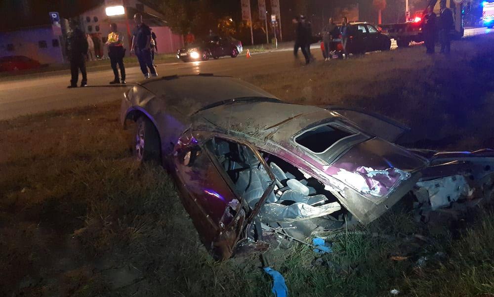 Drámai baleset: Kettészakadt az autó, a sofőrt és utasát életveszélyes sérülésekkel vitték kórházba