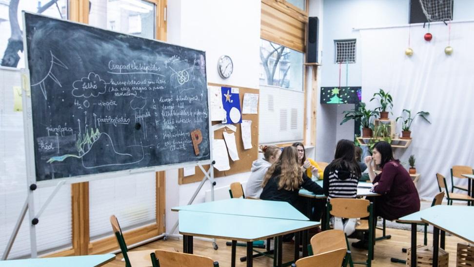 Hiába mozog a szülői hozzájárulás havi összege 100-120 ezer forint között, sorra nyitják az új magániskolákat Budapest környékén