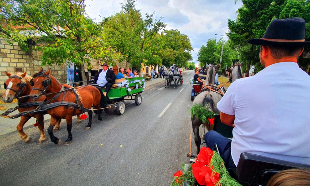 Lezárták Budajenő főutcáját, koppantak az autósok mert nagy esemény volt a tüchtig faluban