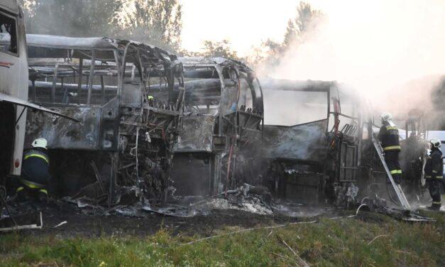 Buszok semmisültek meg a tomboló tűzben Dunavarsányban