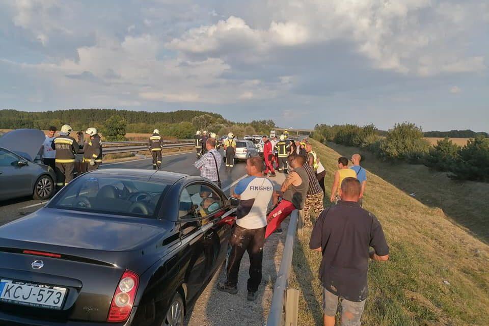 Tömegbaleset az M4-es autóúton, mentőhelikopter is érkezett a helyszínre, egy gyereket vittek kórházba