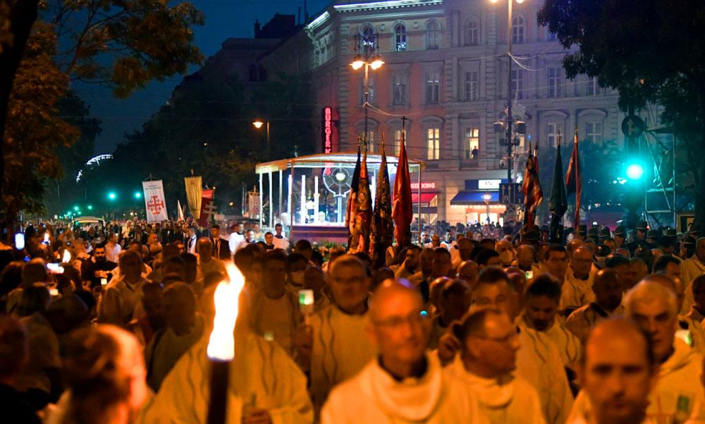 Óriási gyertyás körmenet Budapesten, megteltek a belvárosi utcák