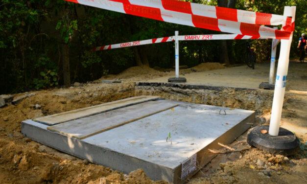 Nem fog több biciklist elnyelni a föld Szentendrénél, végre megérkeztek az életveszélyes aknát lezáró fedlapok