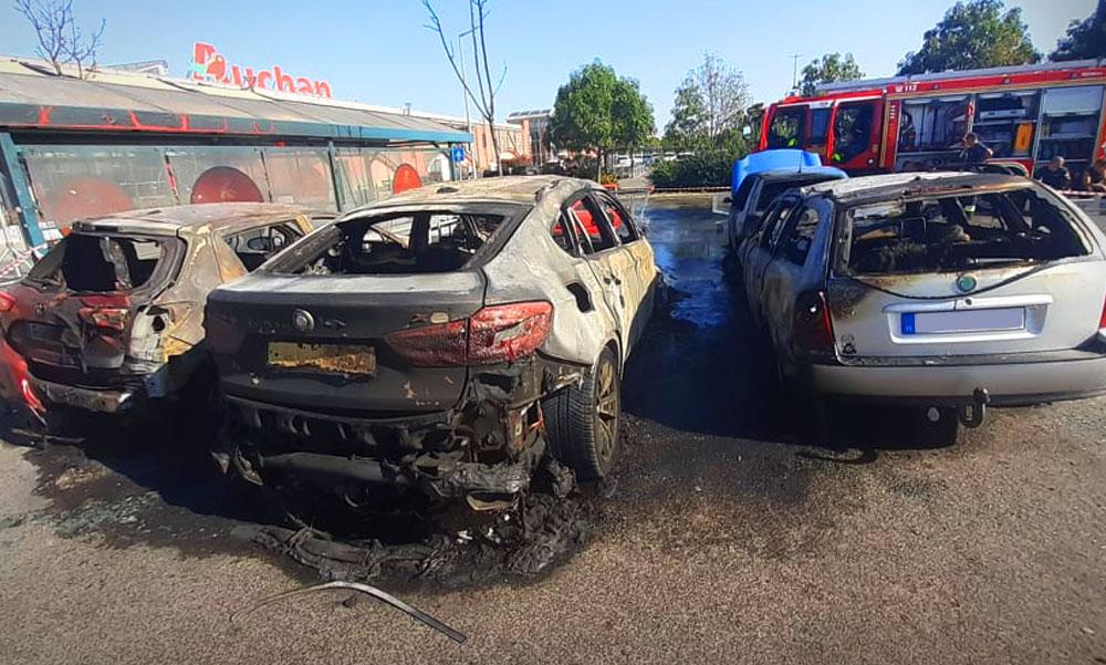 Kigyulladt egy méregdrága BMW az Auchan parkolójában, átterjedt a tűz 4 másik autóra is, miért égnek ki a BMW-k?