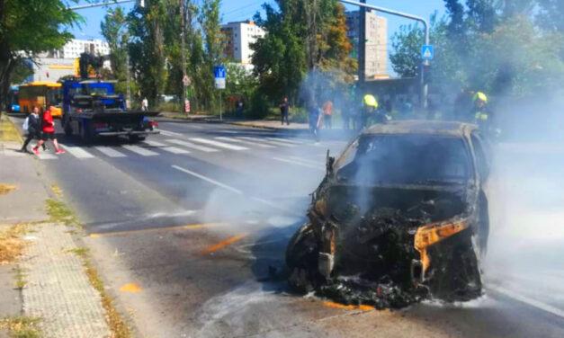 Elképesztő: Ismét kigyulladt az Auchan parkolóban korábban már kiégett BMW