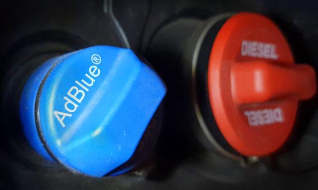 """""""Könyörgöm adjon valaki egy kanna AdBlue-t"""" – egyre többen keresnek a Facebookon is adalékanyagot, különben garázsban marad az autó a hosszú hétvégén"""