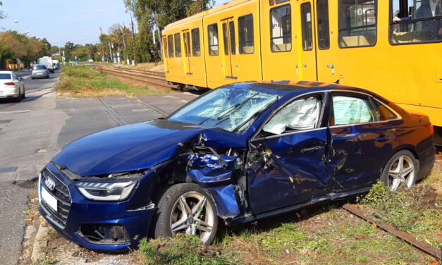 Hiába a szép Audi, ha a sofőr figyelmetlen és érkezik a villamos