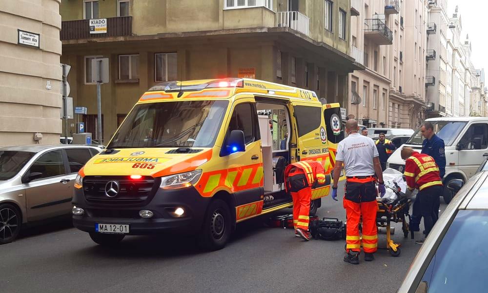Hatalmasat koppant az asszony feje az aszfalton, a gázolás után az életéért küzdöttek a mentők – fotók