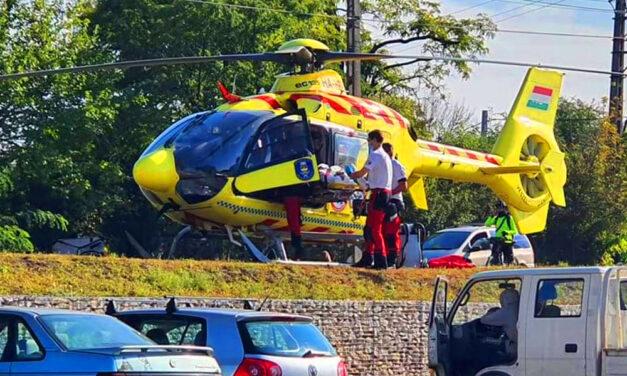 Az ALDI parkolójánál szállt le a mentőhelikopter, egy férfit a zebrán ütött el az autó, súlyos koponyasérüléseket szenvedett